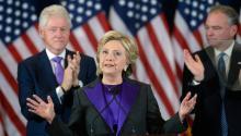 """La candidata demócrata a la Casa Blanca, Hillary Clinton (c), durante su primera aparición pública tras los comicios ante miembros de su campaña y simpatizantes en un hotel de Nueva York, EEUU,el9 de noviembre de 2016. Clinton reconociópúblicamente su derrota electoral y pidió dar al presidente electo, Donald Trump, una """"oportunidad de liderar"""" el país. En la foto junto a Clinton, su marido el ex presidente estadounidense Bill Clinton (i). EFE"""