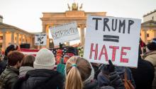 """Un manifestante sostiene un letrero escrito con """"Trump = Odio"""" en una protesta contra el presidente electo de Estados Unidos, Donald Trump, frente a la embajada estadounidense en Berlín, Alemania, el 12 de noviembre de 2016. La Puerta de Brandenburgo se puede ver en segundo plano.EFE"""
