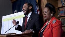Foto de archivo:25/3/2010.- La congresista demócrata Sheila Jackson Lee (Texas), (d), y el también congresista demóctata porTexas,AlGreen.EFE/Jim Lo Scalzo