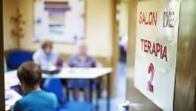 Varios enfermos de Alzheimer en una sala de terapia. EFE/Ismael Herrero