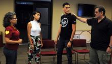 """Los actores durante los ensayos de la obra de teatro """"1070"""", que recoge el sentir de una familia hispana que tiene que vivir bajo el miedo de la deportación y la dura lucha de la hija por revelarse ante la situación que viven miles de indocumentados.EFE/BEATRIZ LIMON"""