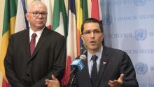 """El canciller venezolano, JorgeArreaza, ofrece declaraciones a los periodistas en la sede de Naciones Unidas en Nueva York (EE.UU.), el viernes 25 de agosto de 2017.Arreazaseñaló desde la sede de la ONU que las sanciones financieras anunciadas por Estados Unidos son la """"peor agresión a Venezuela en los últimos 200 años"""". EFE/Miguel Rajmil"""