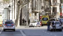 Efectivos policiales y de emergencias en la zona en la que una furgoneta ha atropellado esta tarde a varias personas que paseaban por las Ramblas deBarcelona.EFE/Andreu Dalmau