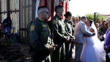 """Brian Houston y EvelyaReyes dijeron""""sí"""" en la frontera entre Estados Unidos y México. Foto:MIKE BLAKE / REUTERS"""