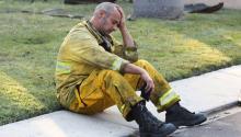 Un bombero descansa tras luchar contra un incendio el lunes 9 de octubre de 2017, en Anaheim Hills,California(EE.UU.). Al menos diez personas han muertoen los devastadores incendios en el norte deCalifornia(noroeste de Estados Unidos), que ya han devorado casi 29.000 hectáreas y han provocado la evacuación de, al menos, 20.000 personas de sus casas, informaron las autoridades locales. EFE/EUGENE GARCIA