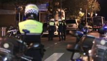 Miembros de las fuerzas seguridad, esta madrugada en la zona del atentado enCambrils(Tarragona), donde cuatro presuntos terroristas han sido abatidos por los Mossos después de haber arrollado con un vehículo a seis personas en el Paseo Marítimo de la localidad, que han resultado heridas de diversa consideracion. EFE/David González