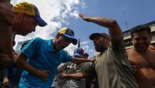El líber opositor venezolano HenriqueCapriles(c) es afectado por gases lacrimógenos durante una manifestación contra el gobierno venezolano hoy, jueves 6 de abril de 2017, en Caracas (Venezuela).EFE/CRISTIAN HERNÁNDEZ