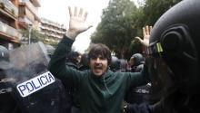 La Policía Nacionalse enfrenta a manifestantes independentistas que reclaman su derecho a un referéndum considerado ilegal por el gobierno de Madrid. Fuente: EFE.