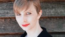 Chelsea Manning se fue condenada a 35 años de cárcel por haber filtrado información que comprometía a las FFAA en casos de violación de derechos humanos. Este año fue amnistiada por el expresidente Obama. Wikipedia