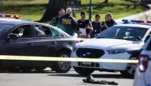 Policías inspeccionan el vehículo de la persona que intentó arremeter contra ellos en el Capitolio hoy 29 de marzo de 2017.EFE/Michael Reynolds