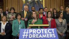 La líder de la mayoría demócrata en la Cámara baja, Nancy Pelosi (c), habla durante ofrece una rueda de prensa sobre el programa de Acción Diferida para los Llegados en la Infancia (DACA) el miércoles 6 de septiembre 2017, en el Capitolio en Washington, DC. EFE/Tasos Katopodis