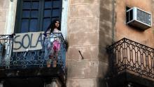 Unamujerobserva la marcha desde un balcón elsábado 25 de noviembre de 2017, por las calles de Asunción (Paraguay). Varios miles de mujeres ataviadas con camisetas y pañuelos de color morado se manifestaronpor las calles del centro de Asunción para luchar por erradicar laviolenciacontra las mujeres en Paraguay, en donde se registraron 38 feminicidios y 33 tentativas hasta noviembre de este año. EFE/Andrés Cristaldo