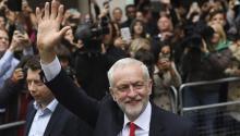 El líder del Partido Laborista, Jeremy Corbyn (c), sale de la sede de su partido en el centro de Londres (Reino Unido) hoy, 9 de junio de 2017. EFE/Facundo Arrizabalaga