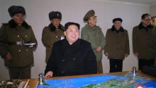 El líder norcoreano, Kim Jong-un (c) ordena el lanzamiento del nuevo misil intercontinental, un modelo más grande y mejor diseñado que subraya los avances armamentísticos del régimen, el 28 de noviembre de 2017. Pyongyang mostróel 30 de noviembre de 2017, con la publicación de 42 fotografías, el nuevo misil balístico intercontinental (ICBM), el Hwasong-15 (Marte-15 en coreano), disparado bajo la supervisión de Kim Jong-un. EFE/ Kcna