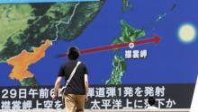 A passer-by observes the North Korean missile's trajectory on a giant screen in Tokyo (Japan) on August 29, 2017. North Korea launched a ballistic missile that would have flown over Japanese territory and fallen off the eastern coast of Hokkaido Island in the Pacific Ocean, according to the Japanese government. EFE / Kimimasa Mayama