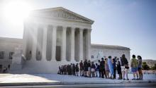 Dozens of people queue in front of the Supreme Court in Washington, USA, today, June 26, 2017.EFE/Jim Lo Scalzo