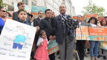 El Congresista Luis Gutierrez (c), acompañado por René Bermudez (i) y su hija Danika, habla durante la conferencia de prensa frente a las instalaciones del ICE para pedir la liberación de la salvadoreña Liliana Cruz Mendez, madre de 2 hijos, ayer23 de Mayo en Washington, DC.