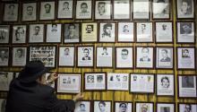 Miembros de la Unión de expresos políticos cubanos de Nueva Jersey frente a un gran exposición de prisioneros, víctimas y represaliados políticos delcastrismo, mientras reaccionan a la muerte del líder cubano Fidel Castro, este viernes en la noche a la edad de 90 años. EFE/Edu Bayer