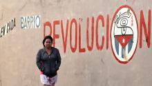 Una mujer pasea junto a un cartel alusivo a la revolución cubana en La Habana (Cuba), elviernes 20 de enero de 2017, día en que el magnate estadounidense DonaldTrumpasume la presidencia de EEUU.EFE/Alejandro Ernesto