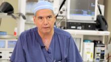 El Dr. Jesús Esquivel es uno de los protagonistas del primer documental lanzado por Esperanza, 'Ayudar es contagioso', y dedicado al cáncer. (Ministerios deEsperanza)