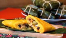 Las hallacas son el alimento navideño por excelencia en Venezuela. Su nombre está en el idioma guraraní y significa mezclar.
