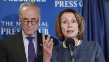 Foto de archivo:El líder de la minoría Demócrata en el Senado, ChuckSchumer(i), y la líder demócrata de la Cámara de Representantes, NancyPelosi, hablan durante una conferencia de prensa.EFE/MICHAEL REYNOLDS