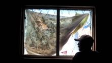 Un hombre mexicano que fue deportado de Estados Unidos hace varios años mira desde una ventana a un refugio para personas sin hogar en Tijuana, México, el 5 de abril de 2013.EPA/DAVID MAUNG
