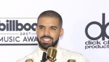 El rapero estadounidenseDrakeposa con sus premios Billboard en Las Vegas (Estados Unidos) ayer, 21 de mayo de 2017. EFE/Nina Prommer