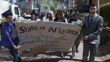 """Foto de archivo en la que se muestrandocenas de """"soñadores"""" vestidos con sus togas de graduaciónel día 6 de marzo del 2015en las afueras de la Corte Superior del condado Maricopa en Phoenix, Arizona, pidiendo que se les de una oportunidad de pagar sus colegiaturas universitarias como residentes del estado. EFE/Gary Williams"""