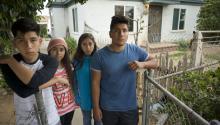 FranciscoDuarteJr., de 19 años (d) es visto junto a sus hermanos Yarely (2d) y Aracely (2i) de 12 años y LuisDuartede 17 años (i) hoy, lunes 29 de mayo de 2017, en National City (Estados Unidos), con miembros de una organización por los derechos de los inmigrantes, sobre la detención de sus padres Francisco y RosendaDuarteel pasado 23 de mayo.EFE/David Maung