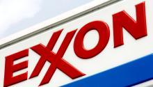 Fotografía de archivo fechada el 27 de julio de 2006 que muestra un rótulo de la petrolera estadounidenseExxonMobilen una estación de servicio de la empresa en Brooklyn (Nueva York, EE.UU.).