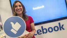 La coordinadora de estrategias comerciales paraFacebookAmérica Latina, Francesca de Quesada, sonríe en el estand deFacebooken el foro tecnológico eMerge Americas ayerlunes 12 de junio 2017, en el Centro de Convenciones de Miami Beach, Florida.