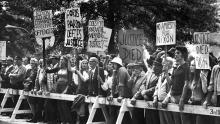 Los manifestantes se oponen al perdón del presidente Gerald Ford al ex presidente Richard Nixon por el asunto Watergate. BILL PIERCE / LA COLECCIÓN LIFE IMAGES / GETTY