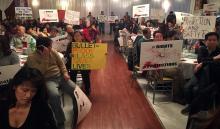 Reuniónde comerciantes y dueños de negocios esquinerosde Filadelfia el pasado8 de diciembre en el restaurante Saigon Maxim Restaurant de South Philly en contra de norma que prohíbe el bullet-proof glass. Foto: Edwin López Moya / AL DÍA News
