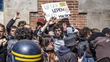 Manifestantes se enfrentan a la policía durante unos disturbios durante una protesta contra el partido de ultraderecha Frente Nacional enParís(Francia) hoy, 1 de mayo de 2017, cuando se celebra el Día Internacional de los Trabajadores. EFE/Christophe Petit Tesson