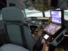 Foto: By SuperJet International (Full Flight Simulator  Uploaded by russavia) [CC BY-SA 2.0 (http://creativecommons.org/licenses/by-sa/2.0)], via Wikimedia Commons.