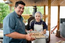 Sofía Velazquez, una estudiante de quinto grado en el colegio St. Joseph the Protector cocinó unas quesadillas en compañía del chef Garcés.(Independence Blue Cross Foundation).
