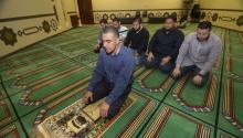 """El colombiano Jaime """"Mujahid"""" Fletcher (frente) lleva a cabo una oración en una mezquita en el centro islámico """"Islamin Spanish"""", el único en su clase en EE.UU. al congregar a simpatizantes musulmanes de origen hispano y ser la sede de clases y sermones interactivos que se transmiten a través de las redes sociales.EFE/ALICIA PEREZ"""