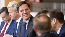 El primer ministro holandés, Mark Rutte (c-d), y el líder del Partido de la Libertad (PVV), el ultraderechista Geert Wilders (2-i), durante una reunión con la presidenta de la Casa de Representantes, Khadija Arib, en La Haya, Holanda, hoy 16 de marzo de 2017. EFE/Jerry Lampen