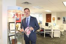 Carlos M. Olea, AL DÍA's new Vice President, reads the latest edition.