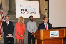 Los artistas de Filadelfia Go Go Morrow y Chill Moody junto al concejal David Oh en City Hall.