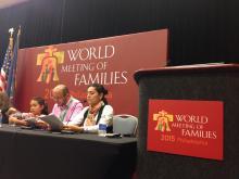 Jorge Mario Quiceno Nieto yDuber Astrid Zabala Vera junto a su hija, en un momento de la charla (Lucía Tejo/AL DÍA).