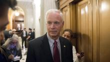 Wisconsin Republican Senator Ron Johnson (c) talks to members of the media at an elevator bank near the Senate chamber during voting on amendments to a tax cut plan drawn up by Republicans on Thursday 30 November 2017, on Capitol Hill in Washington, DC (USA). EFE / MICHAEL REYNOLDS
