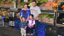 """Indocumentados de bajos recursos de Los Ángeles prefieren dejar de acudir a los bancos de alimentos, aunque eso suponga no tener suficiente comida para sus hijos, por """"miedo"""" a ser arrestados y deportados por las autoridades migratorias.EFE/IVAN MEJIA"""