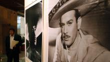 10/04/07.- Un hombre camina por el vestíbulo del Palacio Legislativo de la ciudad de México, durante la inauguración de la exposición fotográfica organizada por la Cámara de Diputados de México para conmemorar el 50 aniversario del actor y cantante mexicanoPedroInfante(1917-1957). EFE/Mario Guzmán