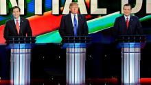 En el debate republicanoen Houston el 25 de febrero de 2016, los latinos — Marco Rubio,izquierda, y Ted Cruz, derecha — sonrien mientras que Donald Trump (en el centro) frunce el ceño. EFE/LARRY W. SMITH