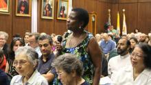 Un miembro de la audiencia hace preguntas después de los comentarios del arzobispo Charles Chaputacerca de inmigración el pasado 1 de septiembre en Filadelfia. Ana Gamboa/AL DÍA News