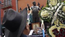 Personas asisten a un homenaje al cantanteJuanGabrielpor el primer aniversario de su muerte ayerlunes 28 de agosto de 2017, en la plaza Garibaldi de Ciudad de México (México). EFE/Sáshenka Gutiérrez