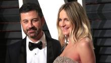 El cómicoJimmyKimmel(i) y su mujer, Molly McNearney, posan a su llegada a la tradicional fiesta de Vanity Fair tras la 89 edición de los Óscar en Beverly Hills, California (Estados Unidos) el26 de febrero de 2017. EFE/Nina Prommer