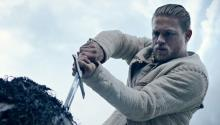Charlien Hunnam como el joven Rey Arturo en 'King Arthur: Legend of the Sword', dirigida por Guy Ritchie. Foto: Warner Bros Pictures.